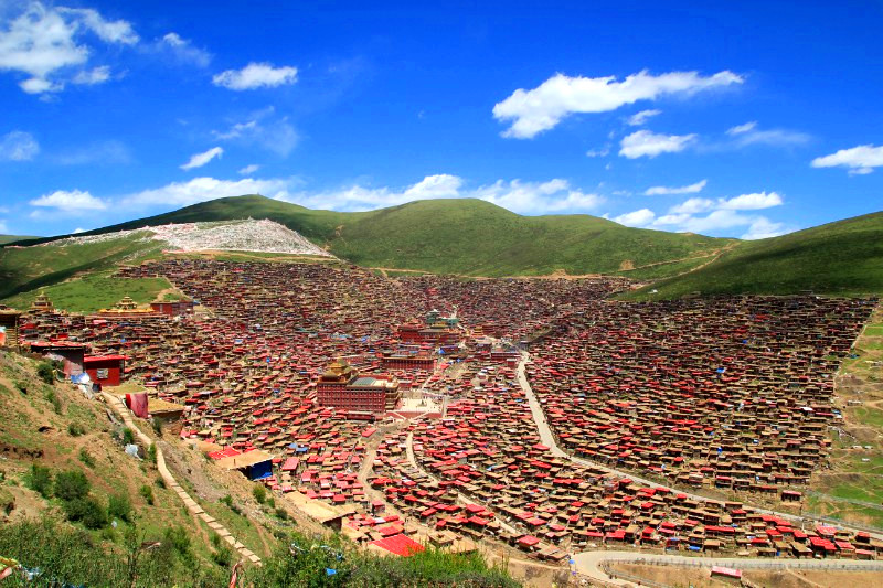 A view of Larung Gar before demolition